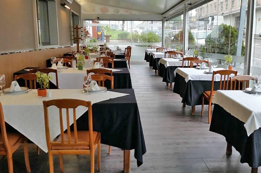 Salón comedor exterior (terraza) del Restaurante Avenida en Arcade