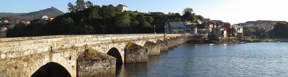 Vista del puente de Arcade desde la orilla del río Verdugo en marea baja
