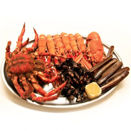 Bandeja de marisco fresco de Galicia: centolla de la ría, Percebe gallego, navajas frescas, langosta roja o santiaguiño, Cigala fresca
